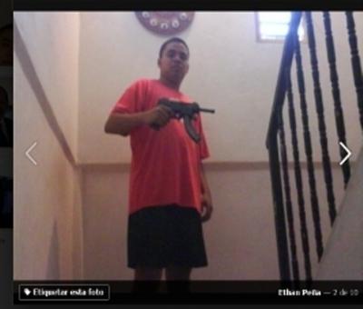 Ethan Peña adherente de MORENA con ametralladora